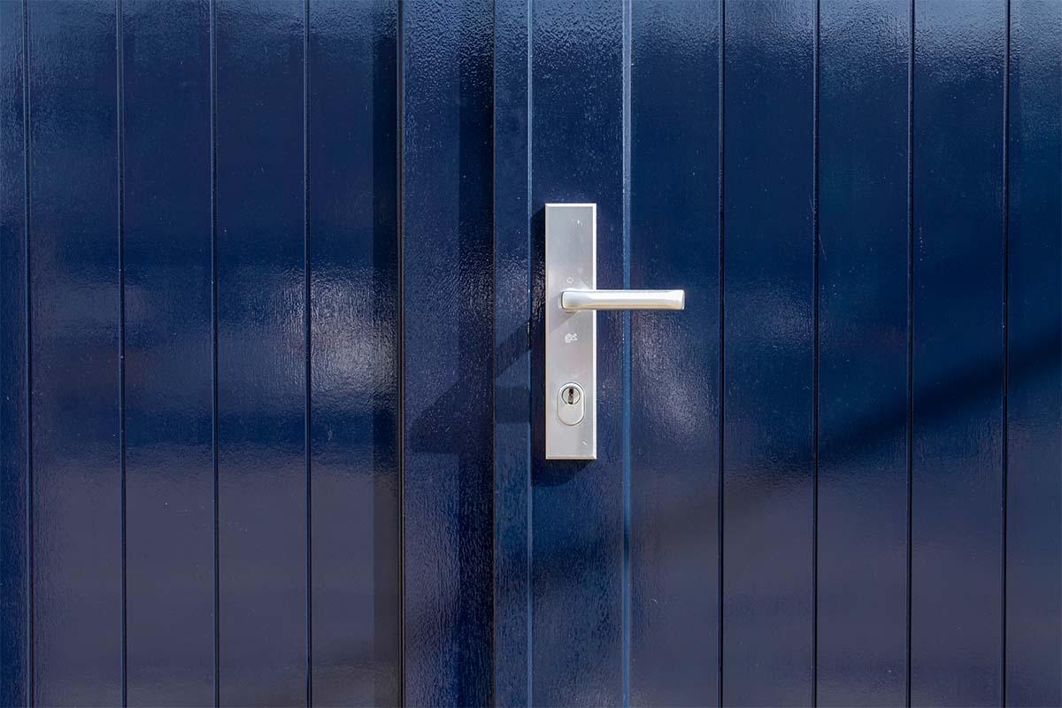 Houten openslaande garagedeuren blauw
