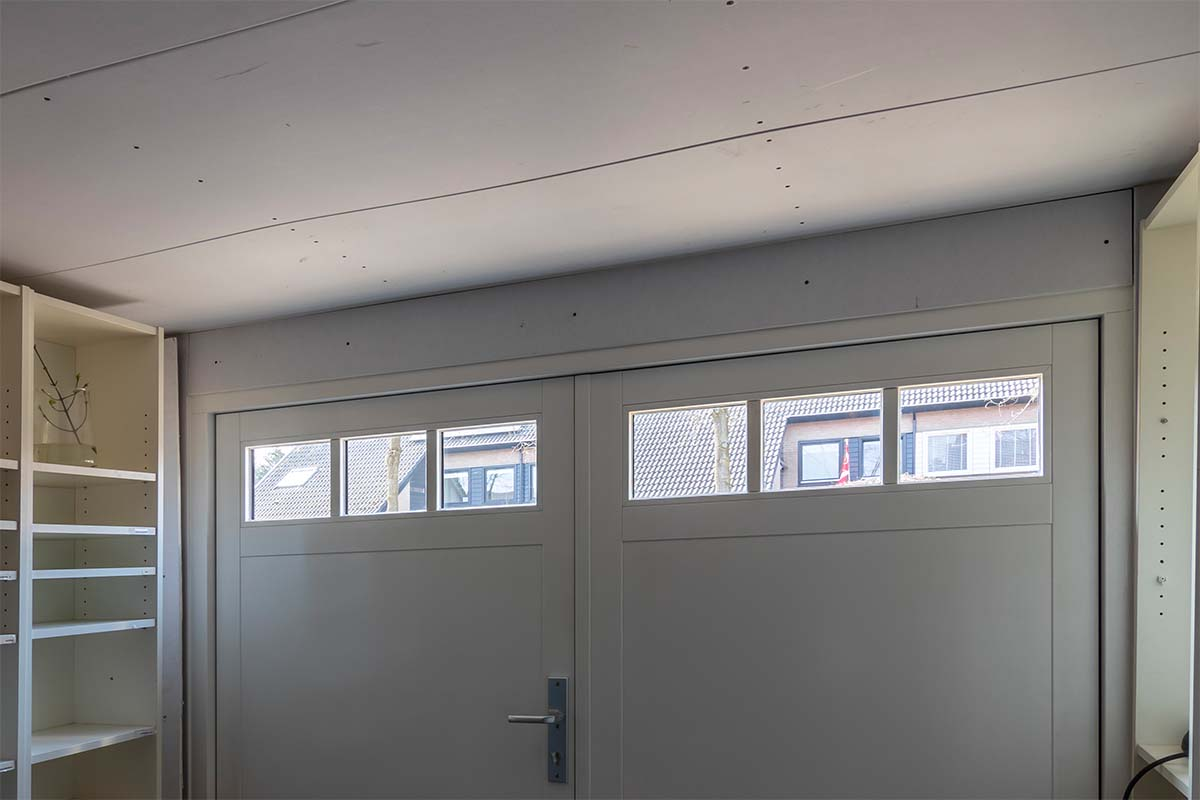 Houten openslaande garagedeuren met glas