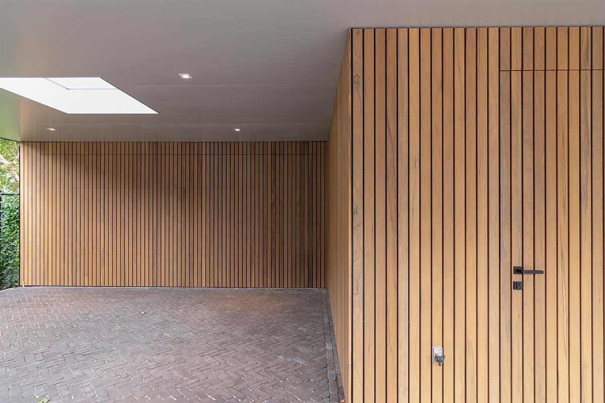 frake houten garagedeur en voordeur (1)