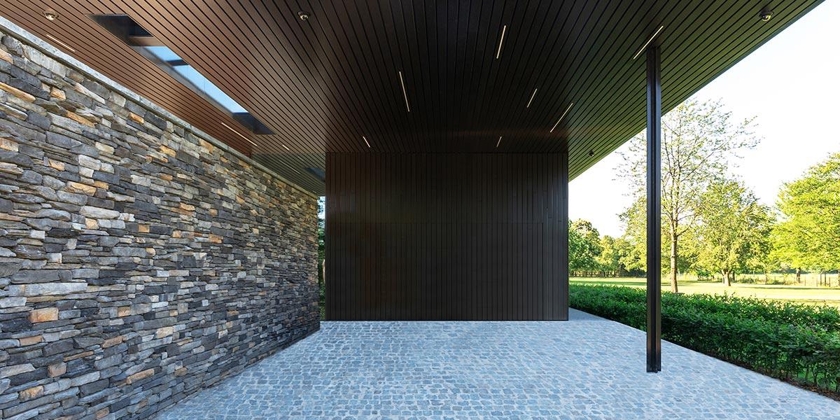 https://garagedeuren.s3.amazonaws.com/20210430135250/houten-sectionaaldeur-gelijk-met-de-gevel.jpg