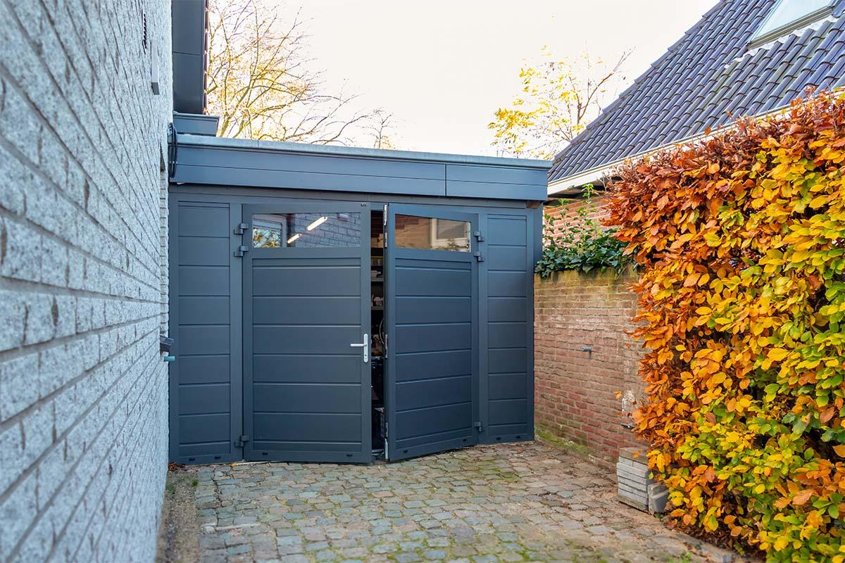 vast zijstuk bij openslaande garagedeur (2)