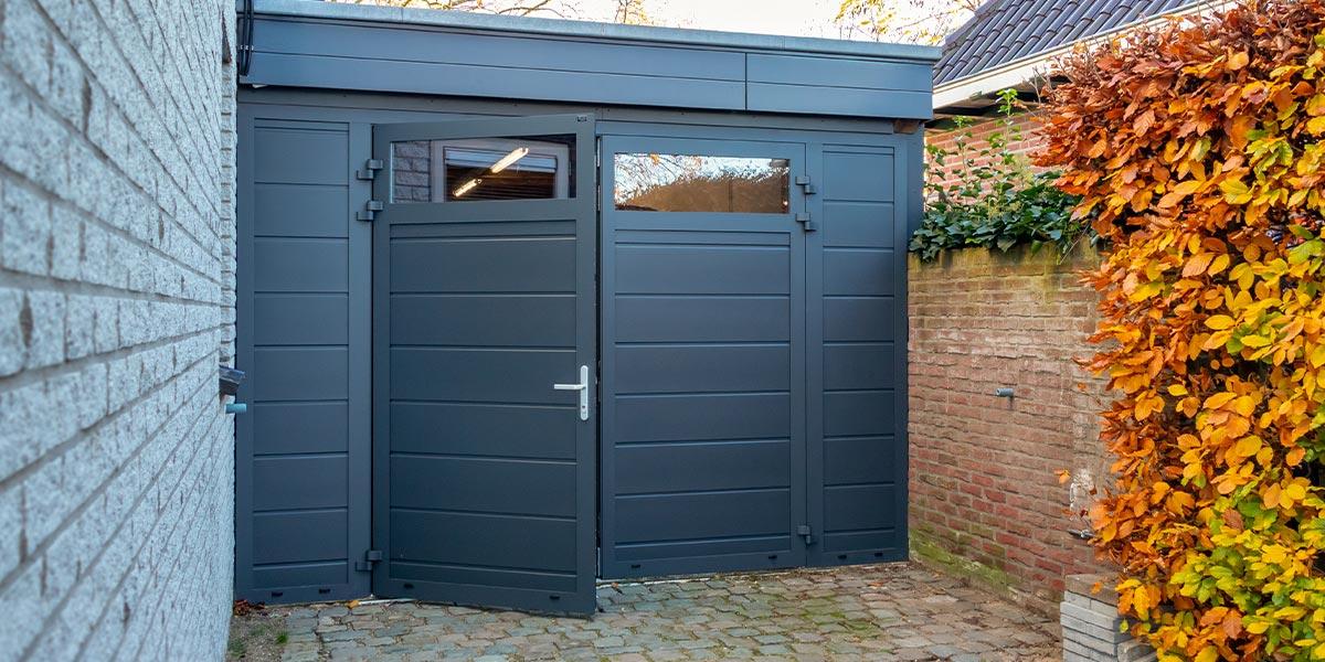 https://garagedeuren.s3.amazonaws.com/20210504095115/vast-zijstuk-bij-openslaande-garagedeur-10.jpg