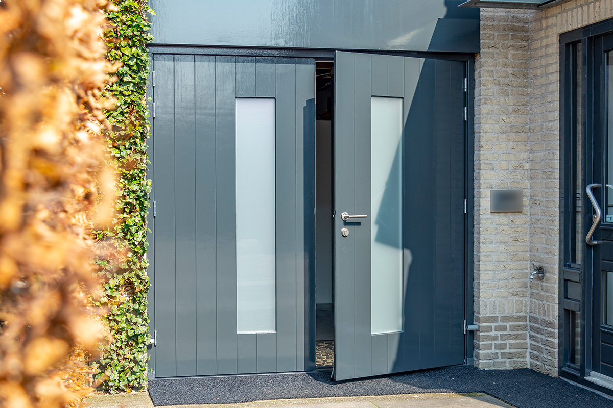 houten-openslaande-garagedeur-melkglas