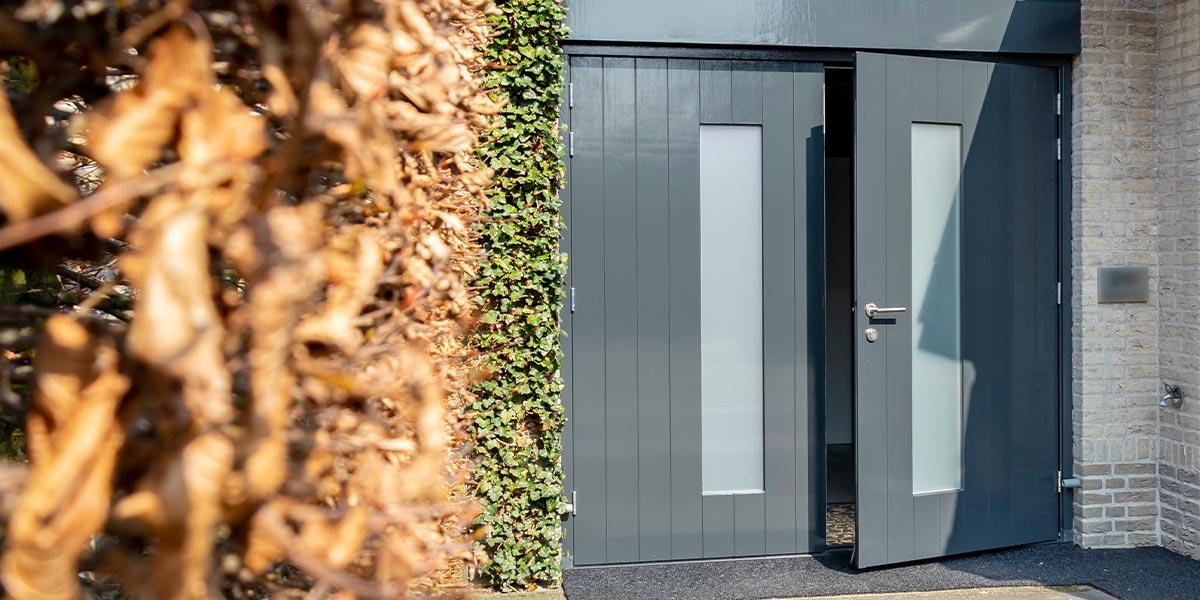 https://garagedeuren.s3.amazonaws.com/20210506161445/houten-openslaande-garagedeur-header-2.jpg