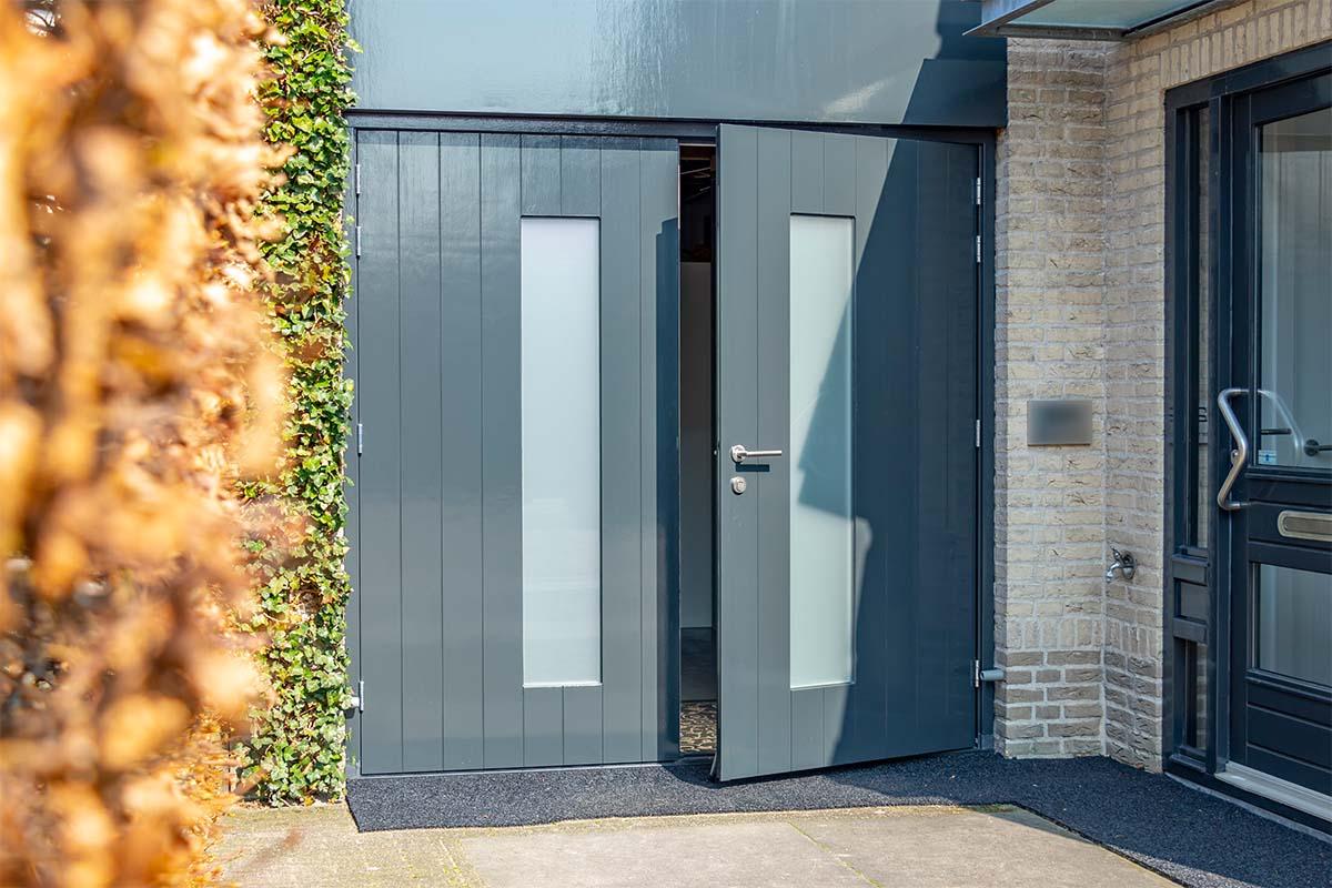 houten-openslaande-garagedeur-melkglas (2)
