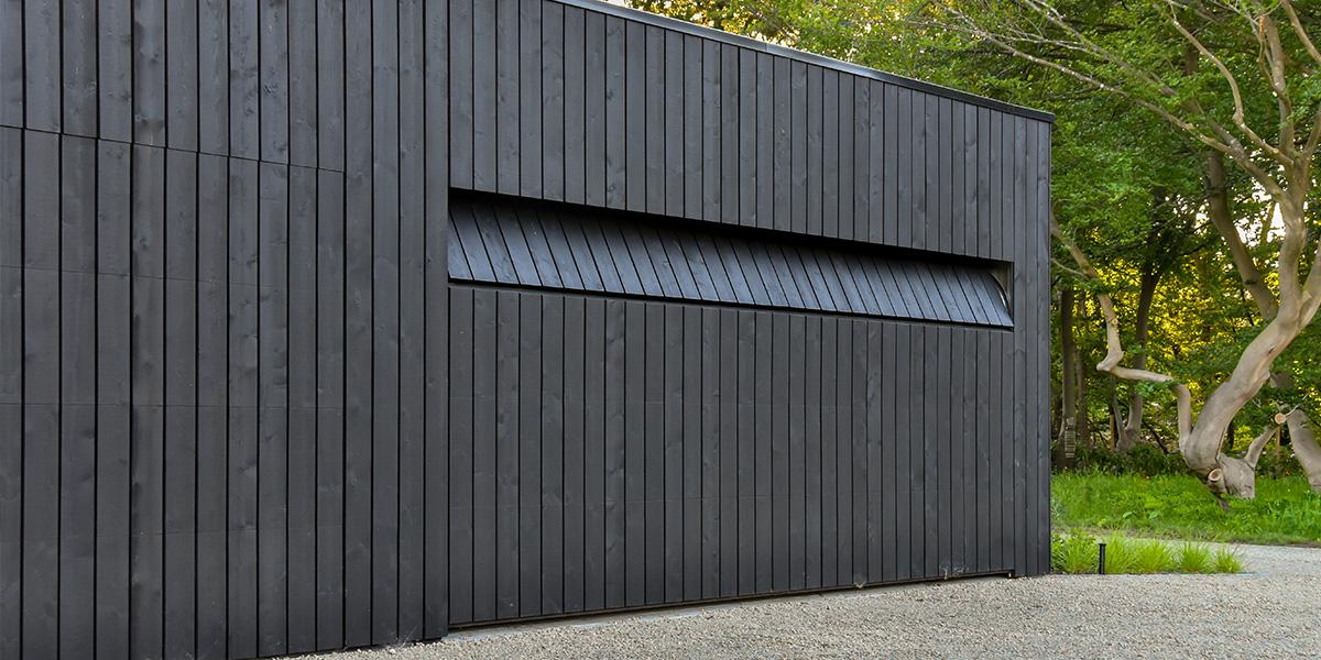 https://garagedeuren.s3.amazonaws.com/20210510134500/houten-garagedeur-zwart.jpg