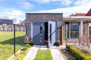 verticale-houten-openslaande-garagedeur-met-glas (2)