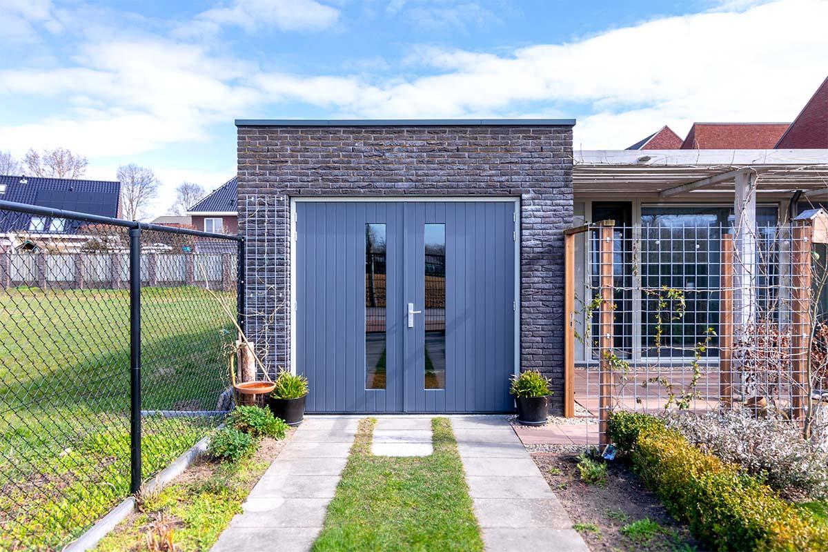 verticale-houten-openslaande-garagedeur-met-glas (3)