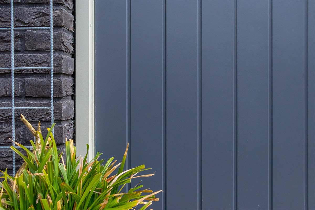 verticale-houten-openslaande-garagedeur-met-glas (4)