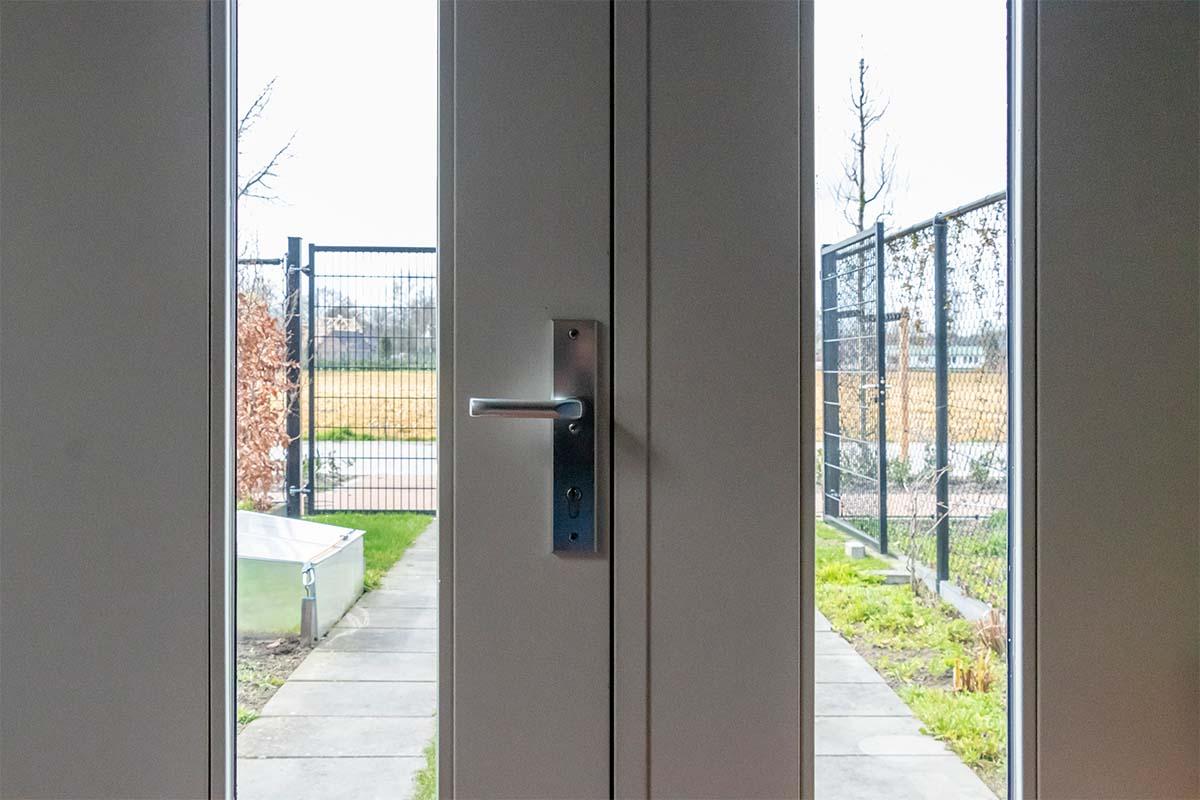 verticale-houten-openslaande-garagedeur-met-glas (1)
