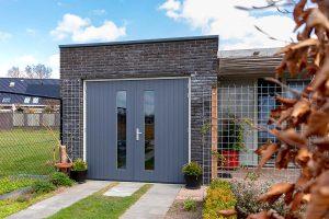 verticale-houten-openslaande-garagedeur (1)