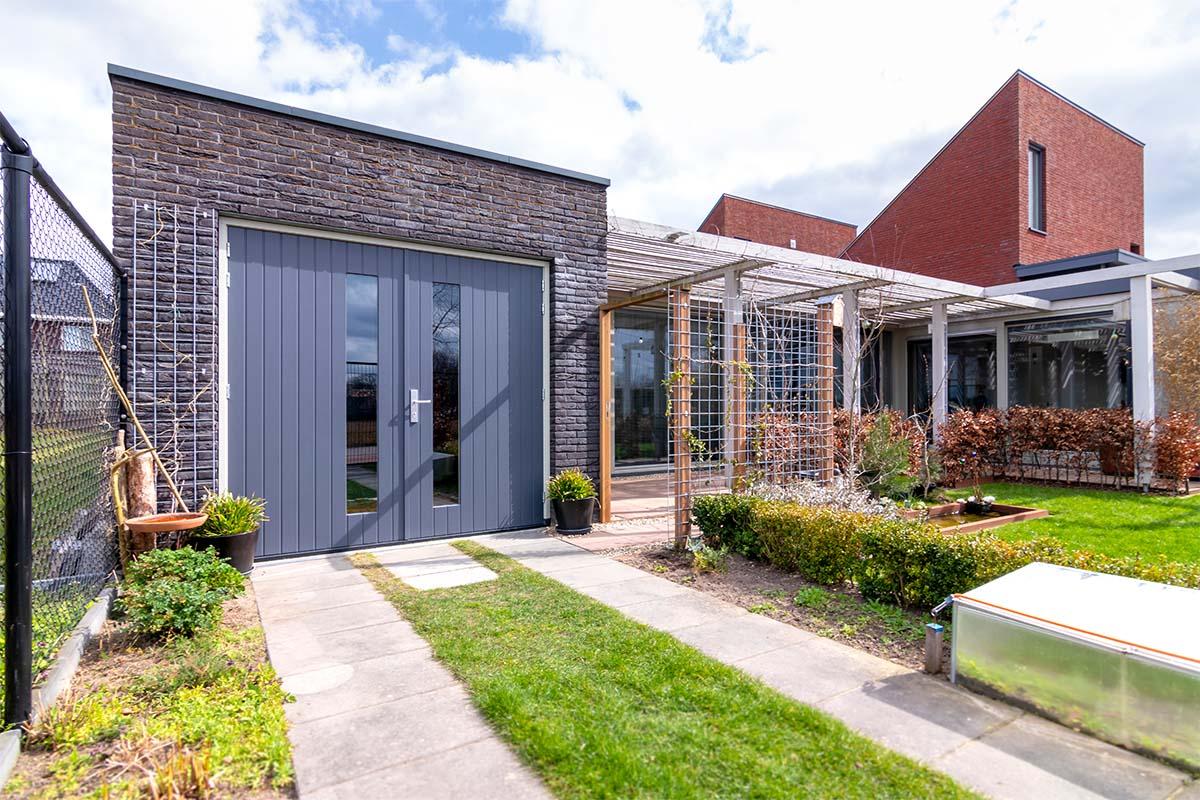 verticale-houten-openslaande-garagedeur (5)