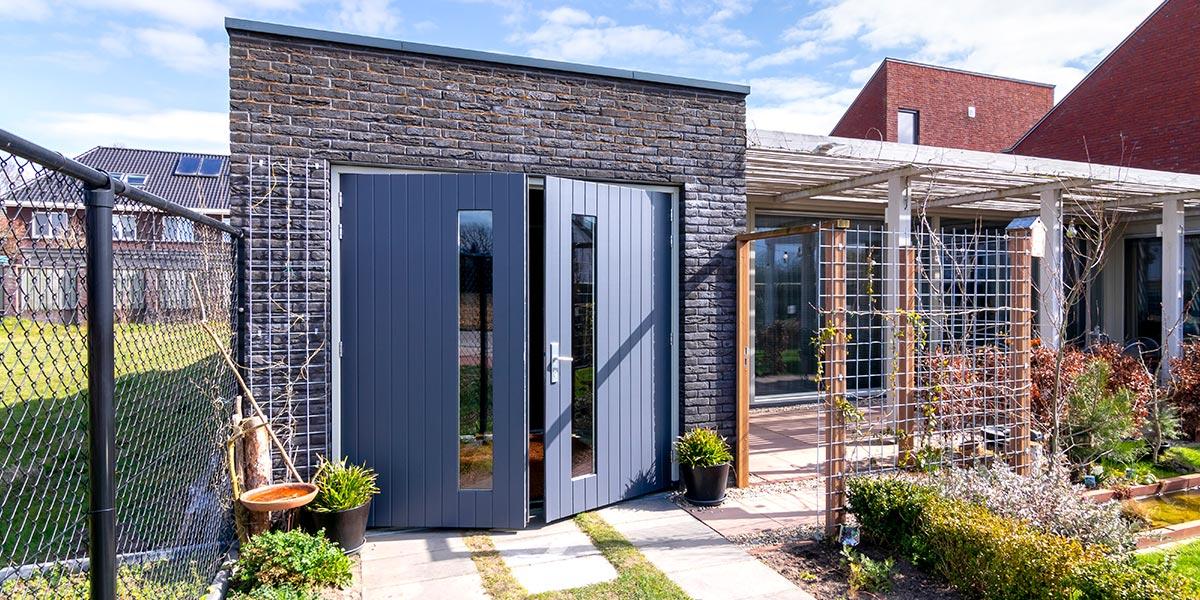 https://garagedeuren.s3.amazonaws.com/20210608115308/verticale-houten-openslaande-garagedeur.jpg