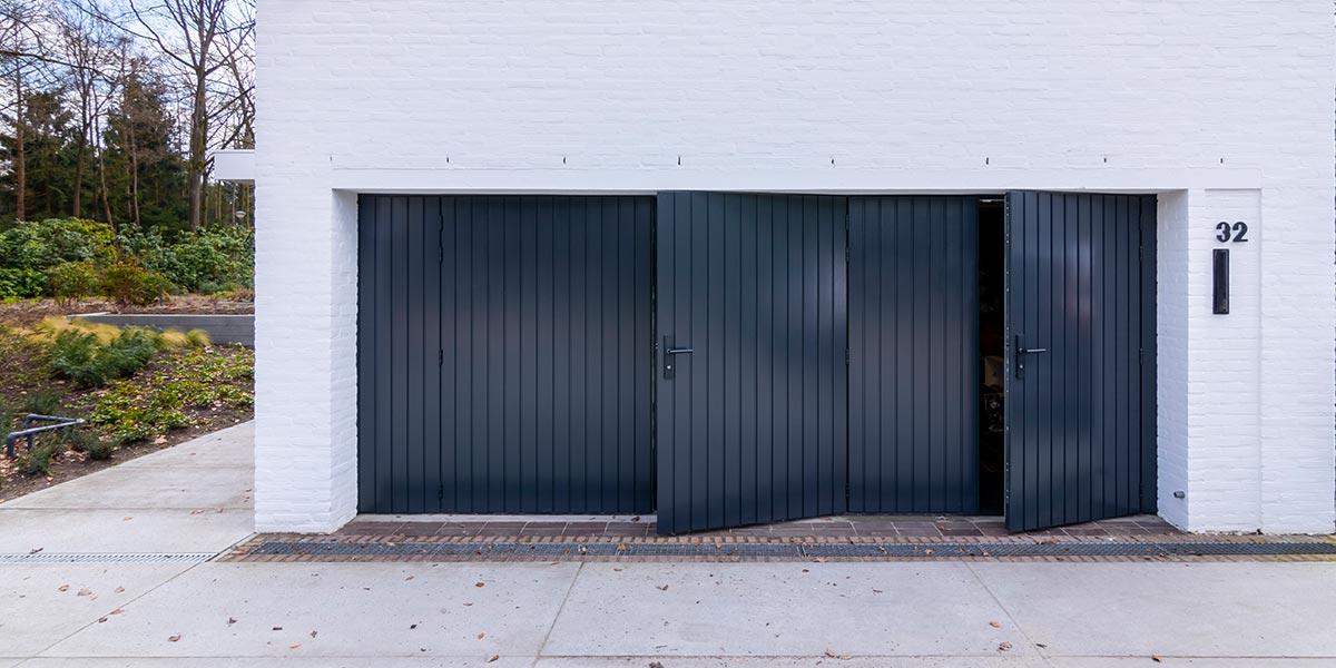 https://garagedeuren.s3.amazonaws.com/20210608140413/dubbele-houten-openslaande-garagedeur-1.jpg