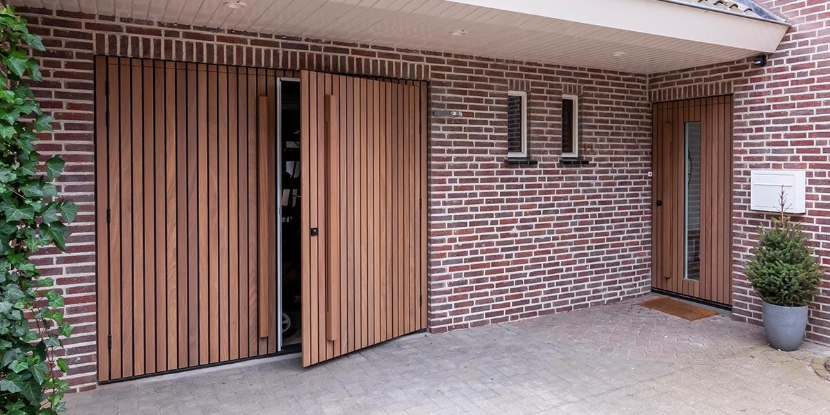 https://garagedeuren.s3.amazonaws.com/20210608144037/houten-deuren-met-latten-van-afrormosia-2.jpg