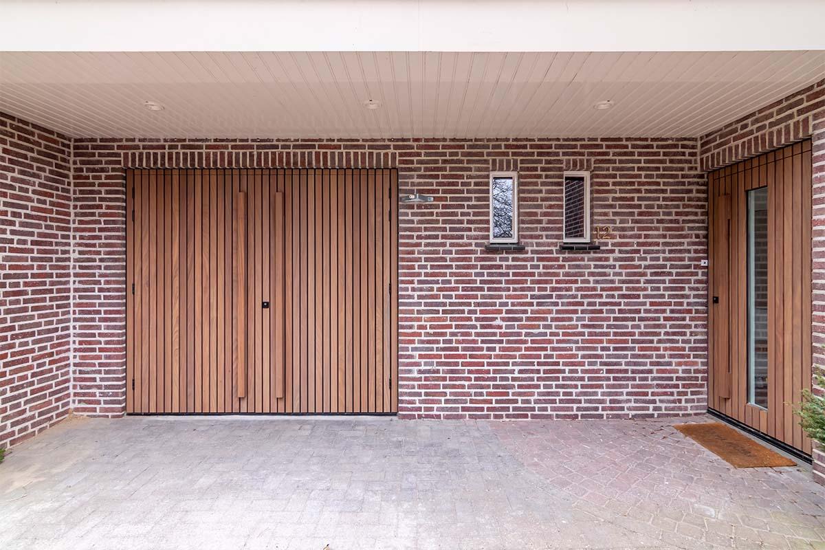 houten voordeur en garagedeur met afrormosia latten (1)