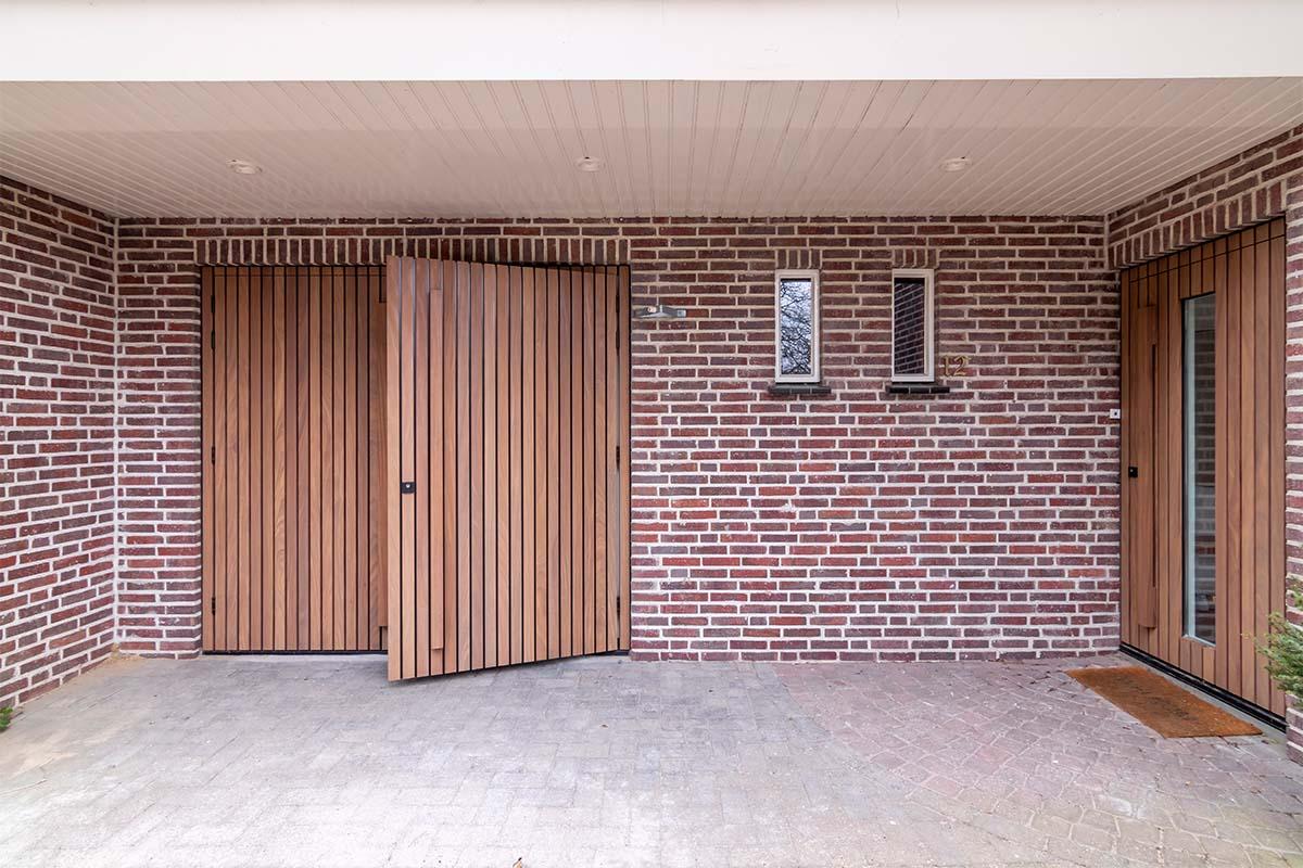 houten voordeur en garagedeur met afrormosia latten (3)