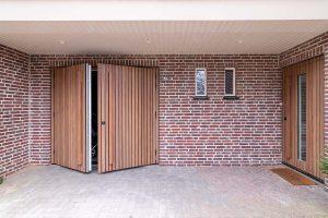 houten voordeur en garagedeur met afrormosia latten (4)
