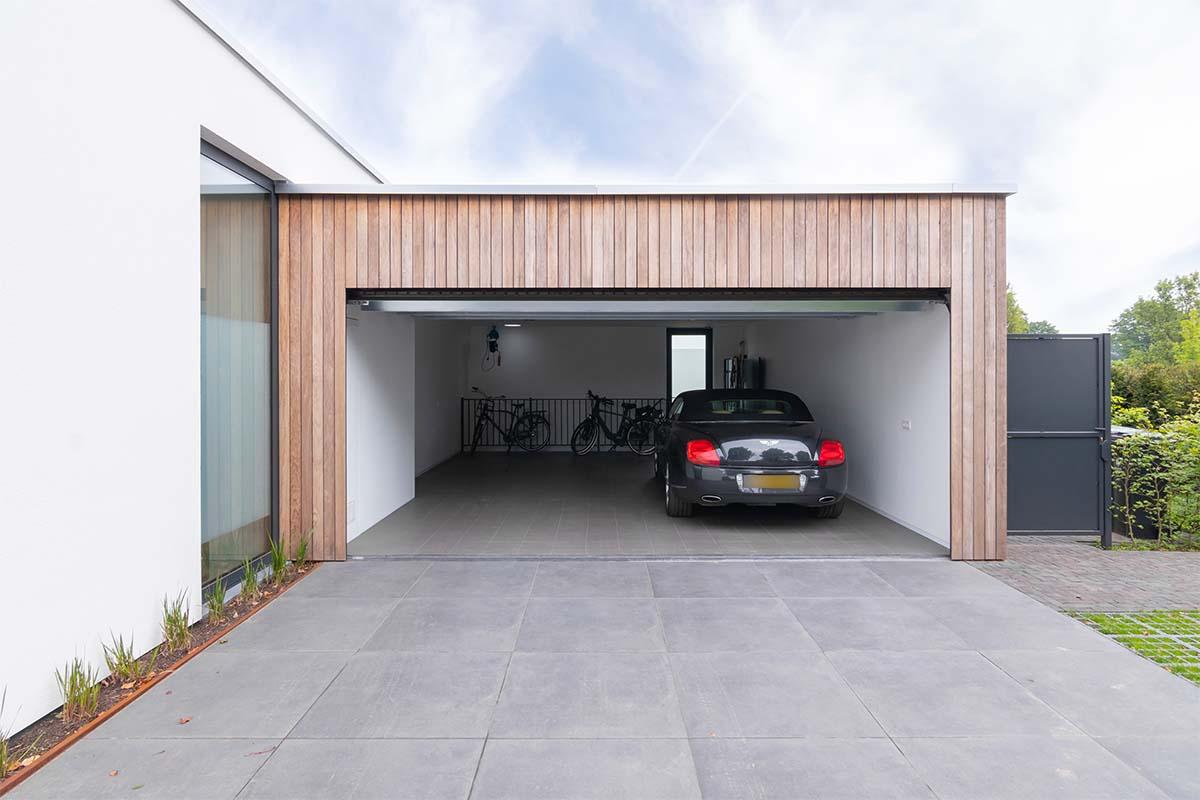 houten-garagedeur-bij-strakke-villa (1)
