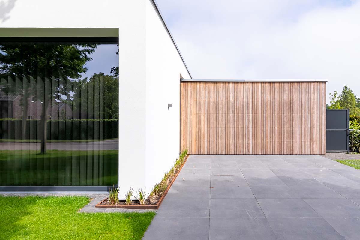 houten-garagedeur-bij-strakke-villa (2)