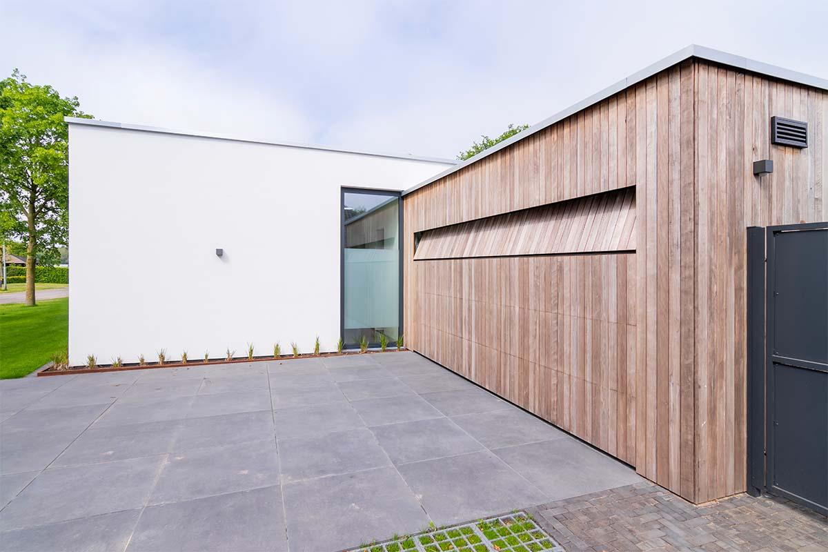 houten-garagedeur-bij-strakke-villa (3)