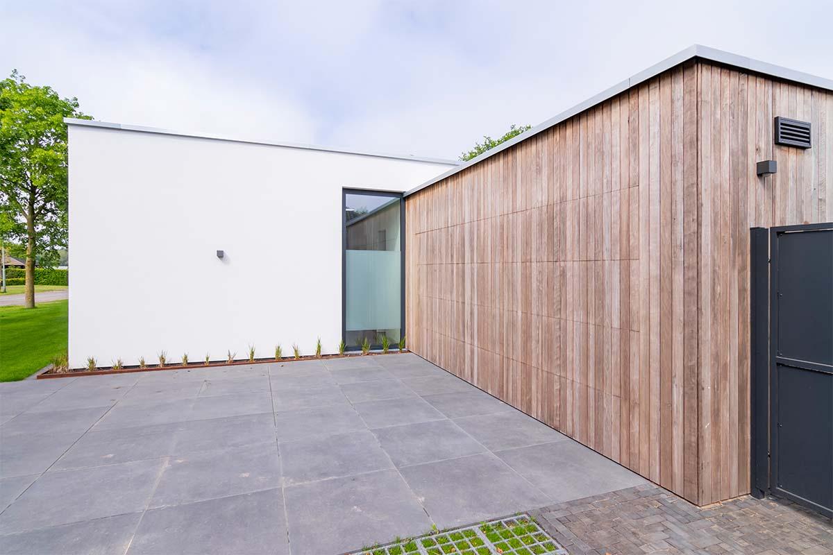 houten-garagedeur-bij-strakke-villa (4)