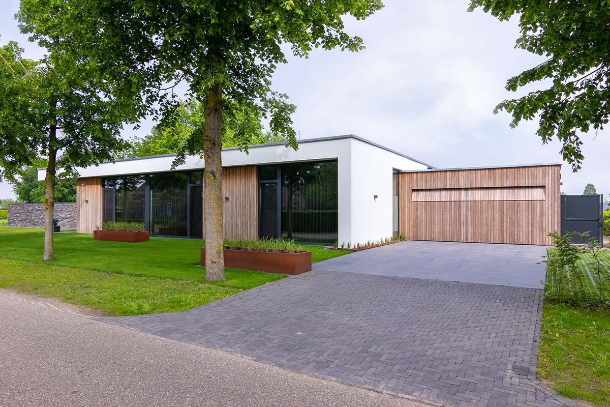 houten-garagedeur-bij-strakke-villa (5)