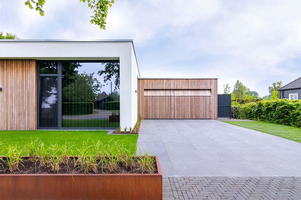 houten-garagedeur-bij-strakke-villa (6)