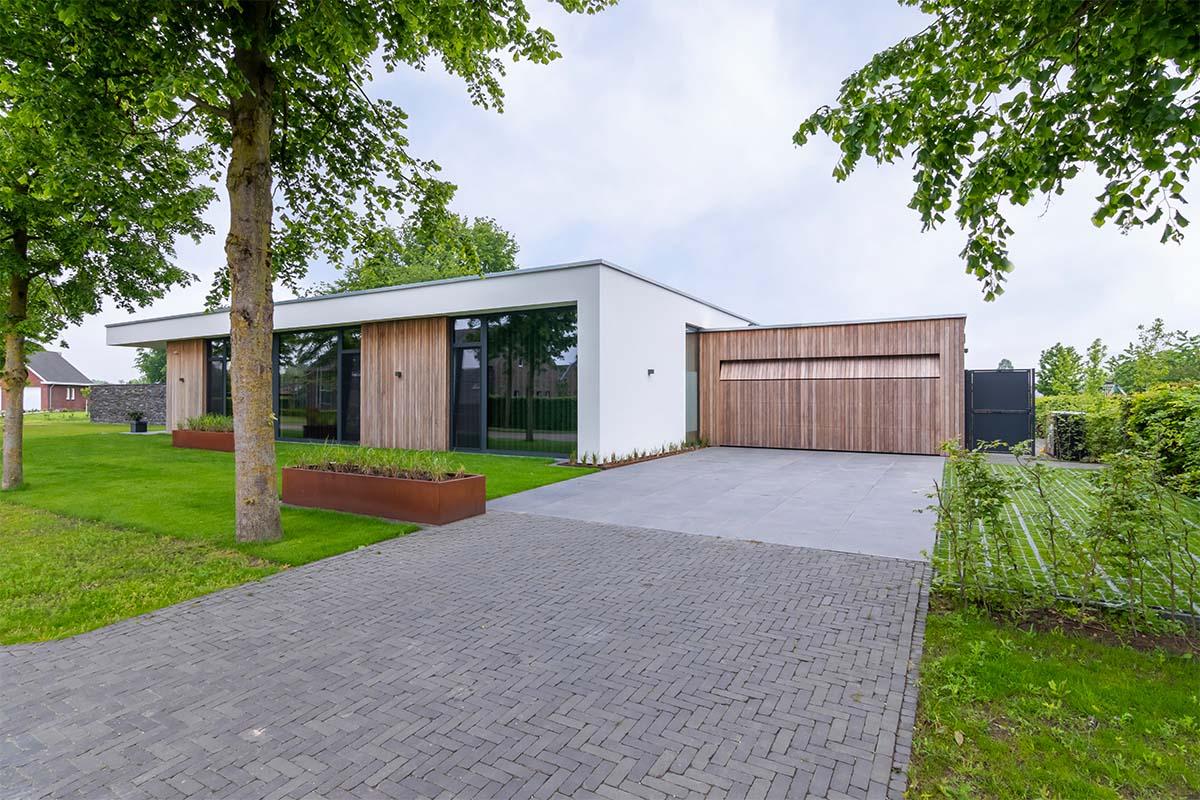 houten-garagedeur-bij-strakke-villa (7)
