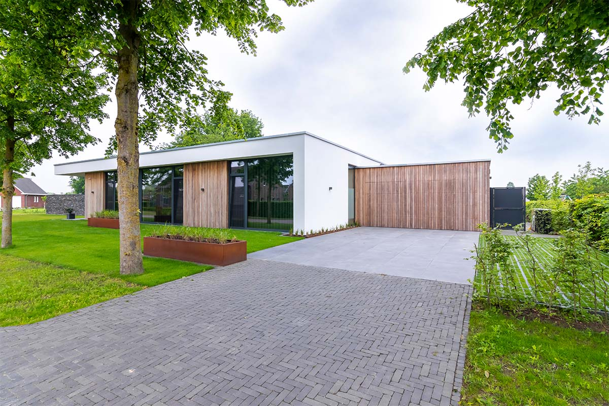 houten-garagedeur-bij-strakke-villa (8)