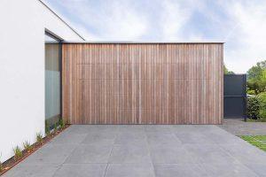 houten-garagedeur-bij-strakke-villa (9)