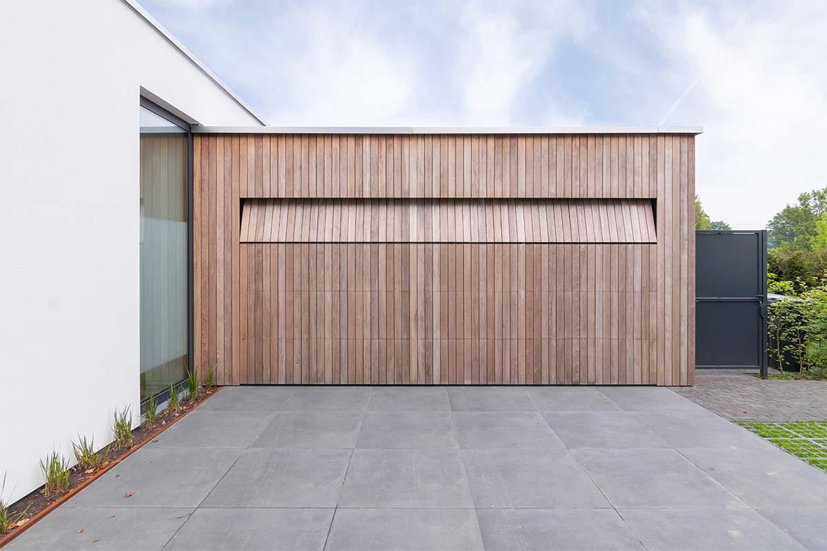 houten-garagedeur-bij-strakke-villa (10)
