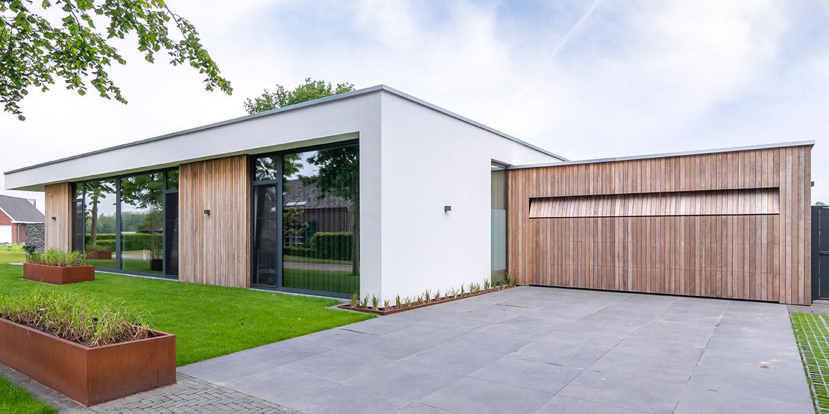 https://garagedeuren.s3.amazonaws.com/20210608151448/houten-garagedeur-bij-strakke-villa.jpg