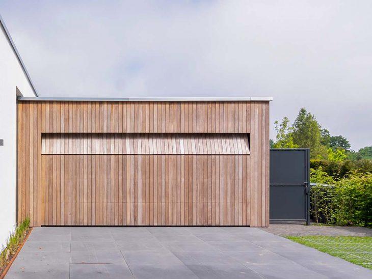 Houten garagedeur strakke villa
