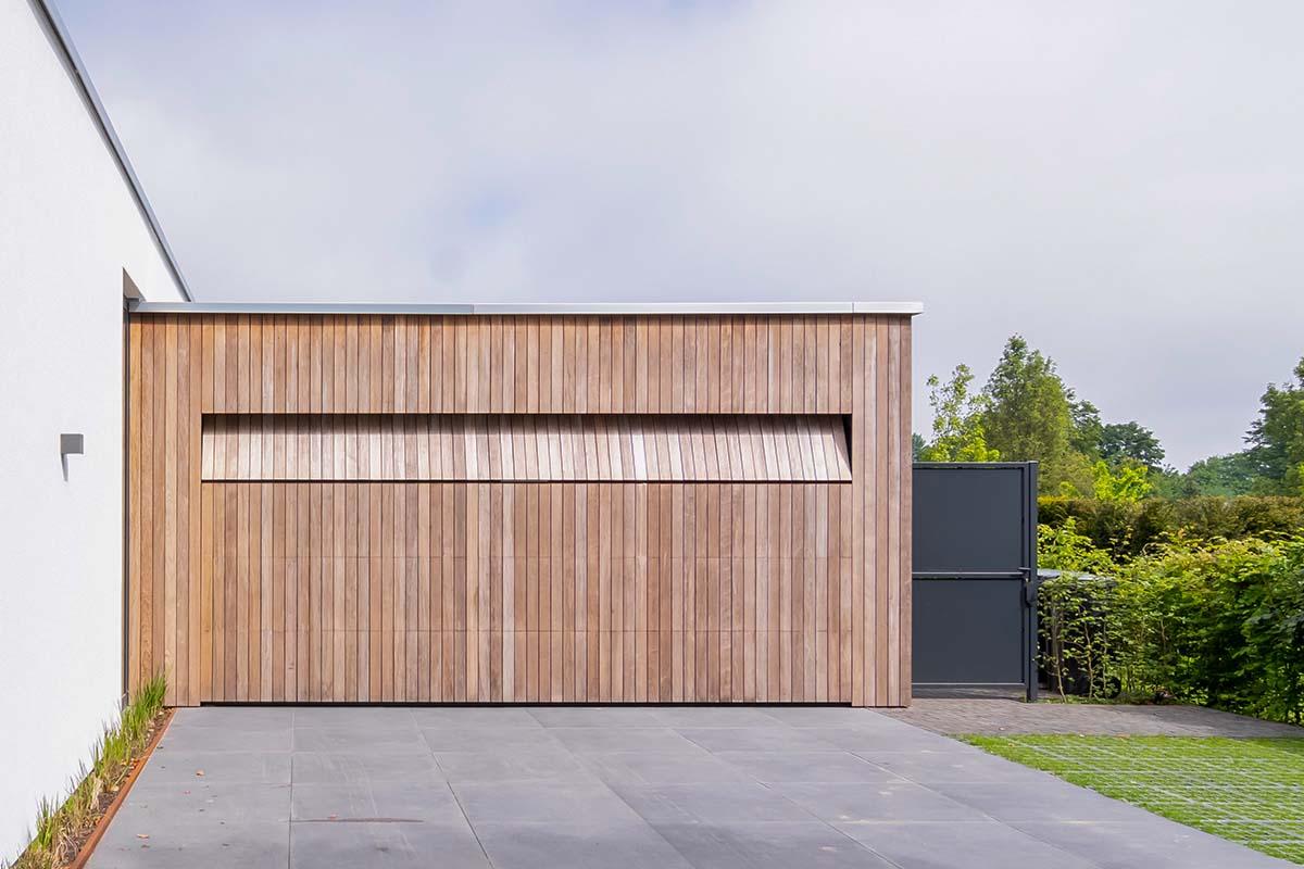 houten-sectionaaldeur-bij-strakke-villa (1)
