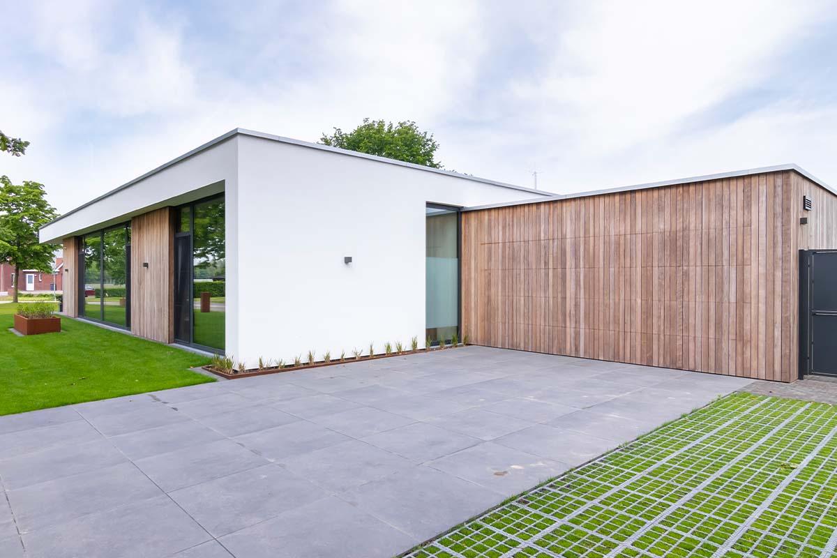 houten-sectionaaldeur-bij-strakke-villa (2)