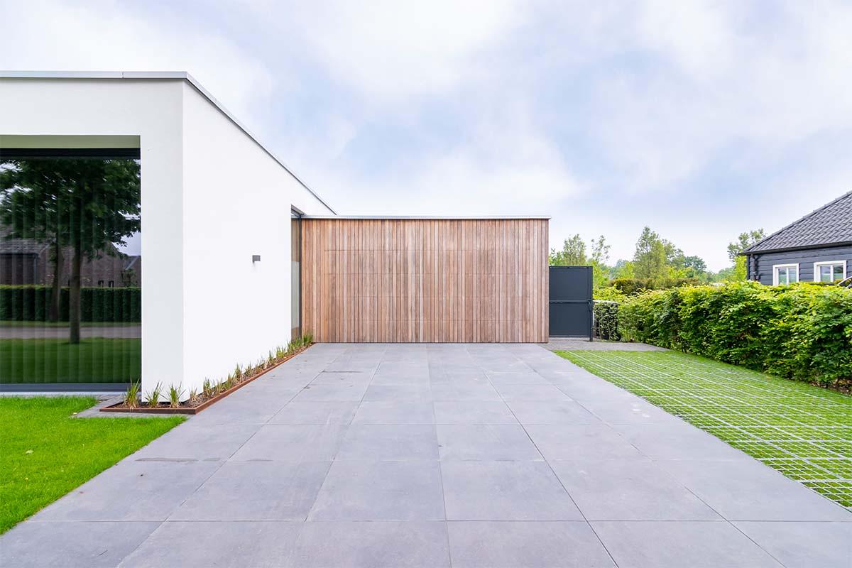 houten-sectionaaldeur-bij-strakke-villa (3)