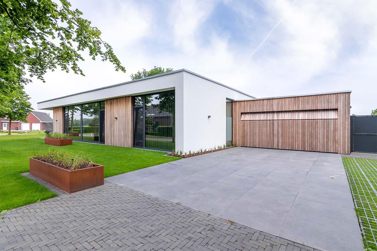 houten-sectionaaldeur-bij-strakke-villa (4)