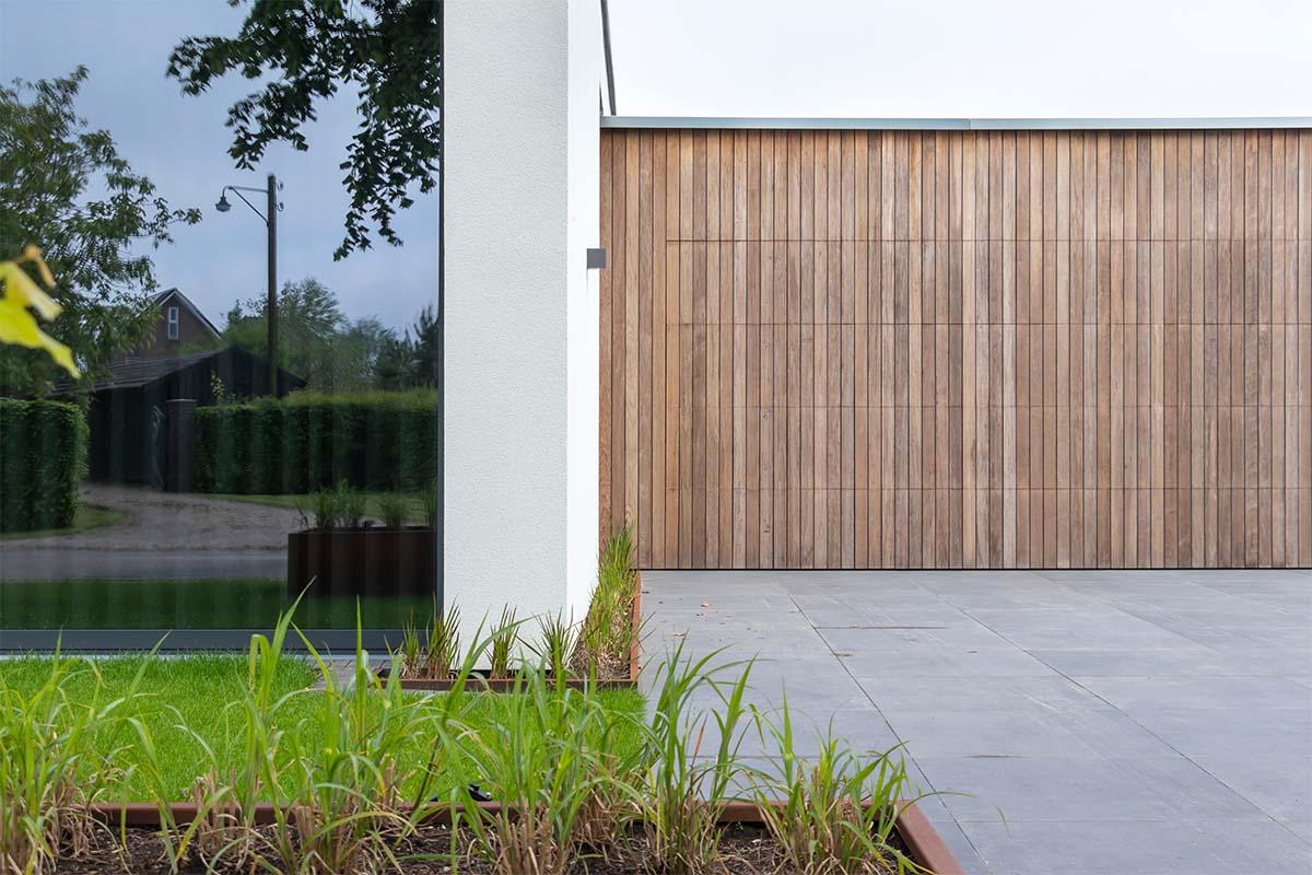 houten-sectionaaldeur-bij-strakke-villa (5)