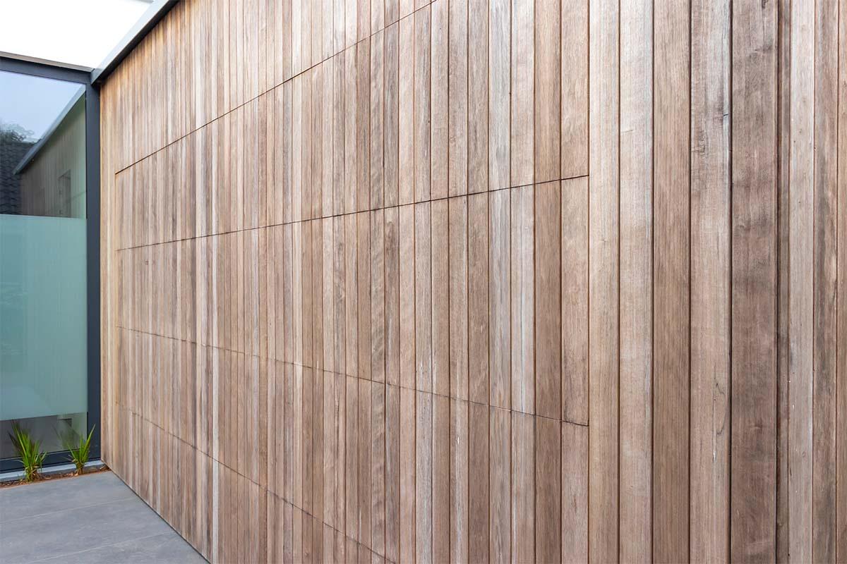 houten-sectionaaldeur-bij-strakke-villa (6)