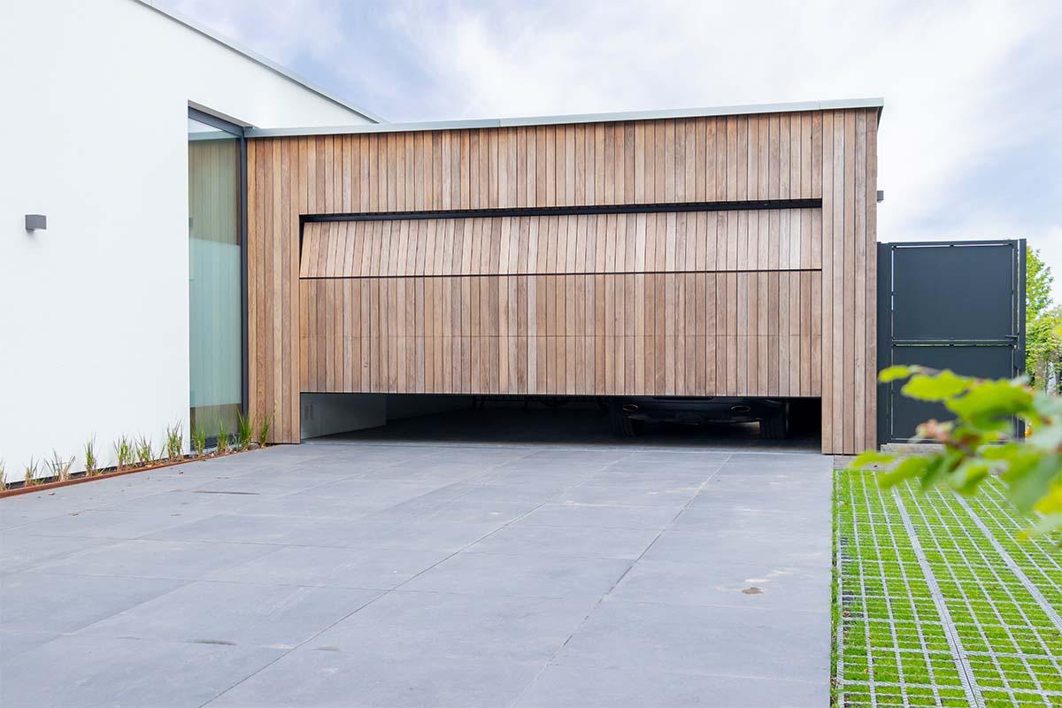 houten-sectionaaldeur-bij-strakke-villa (10)