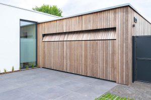 houten-sectionaaldeur-bij-strakke-villa (11)