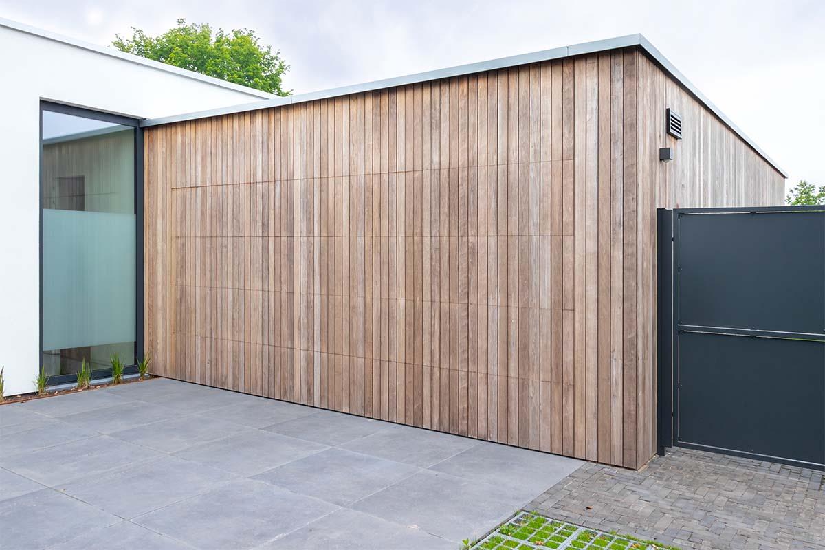 houten-sectionaaldeur-bij-strakke-villa (12)