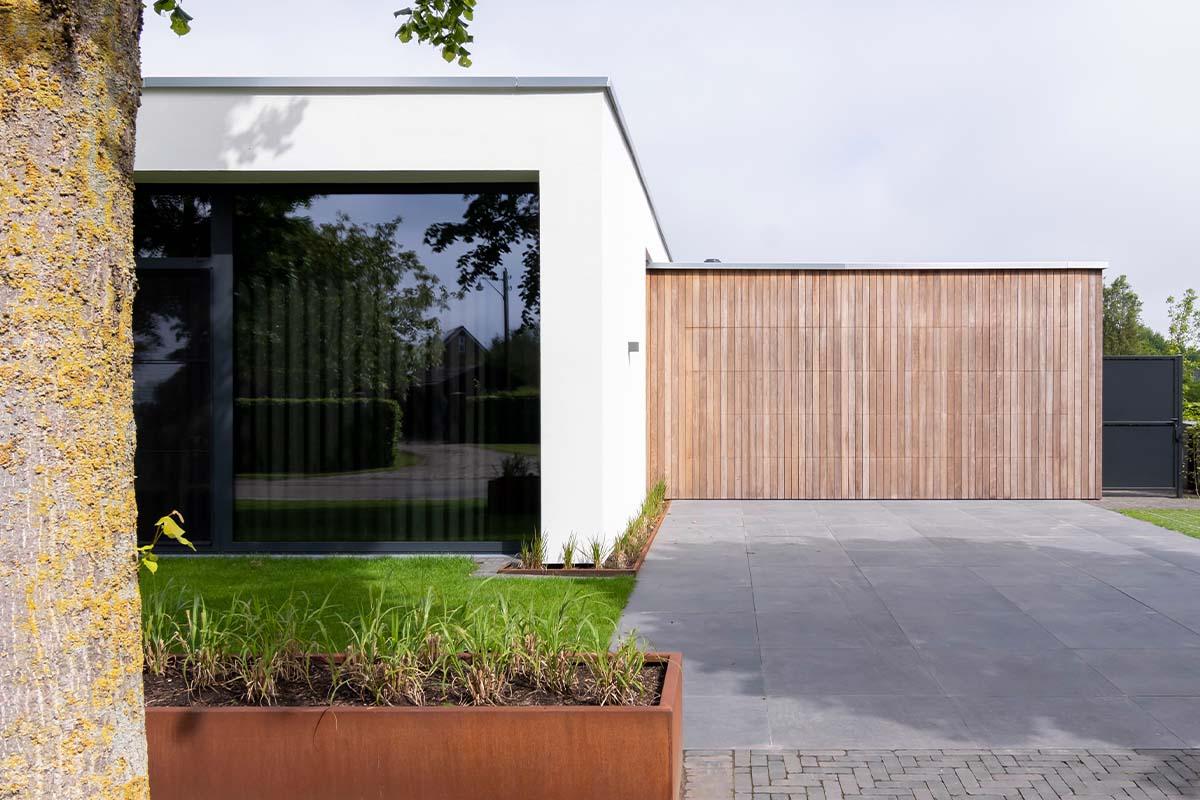 houten-sectionaaldeur-bij-strakke-villa (13)