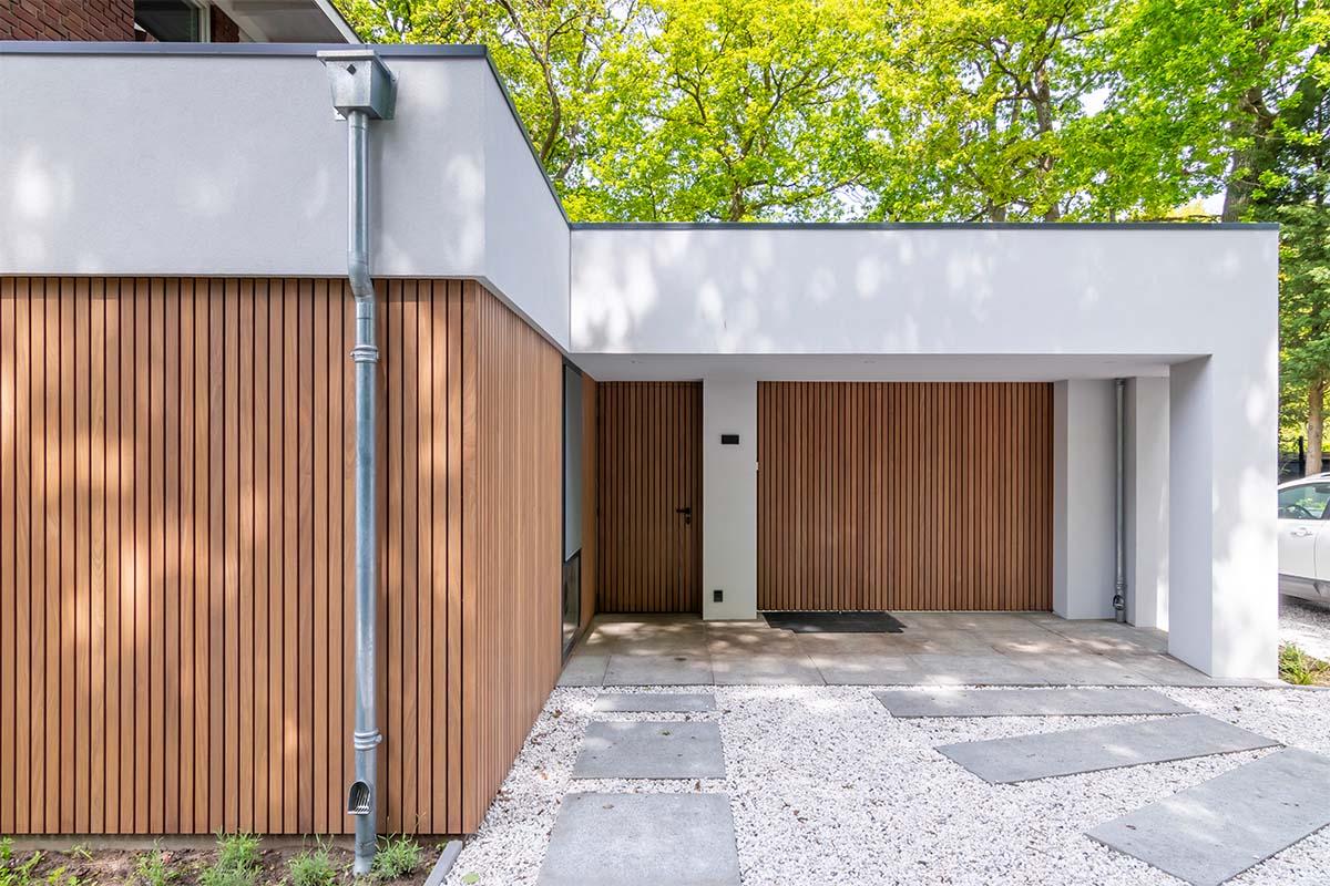 houten zijwaartse garagedeur met gevelbekleding