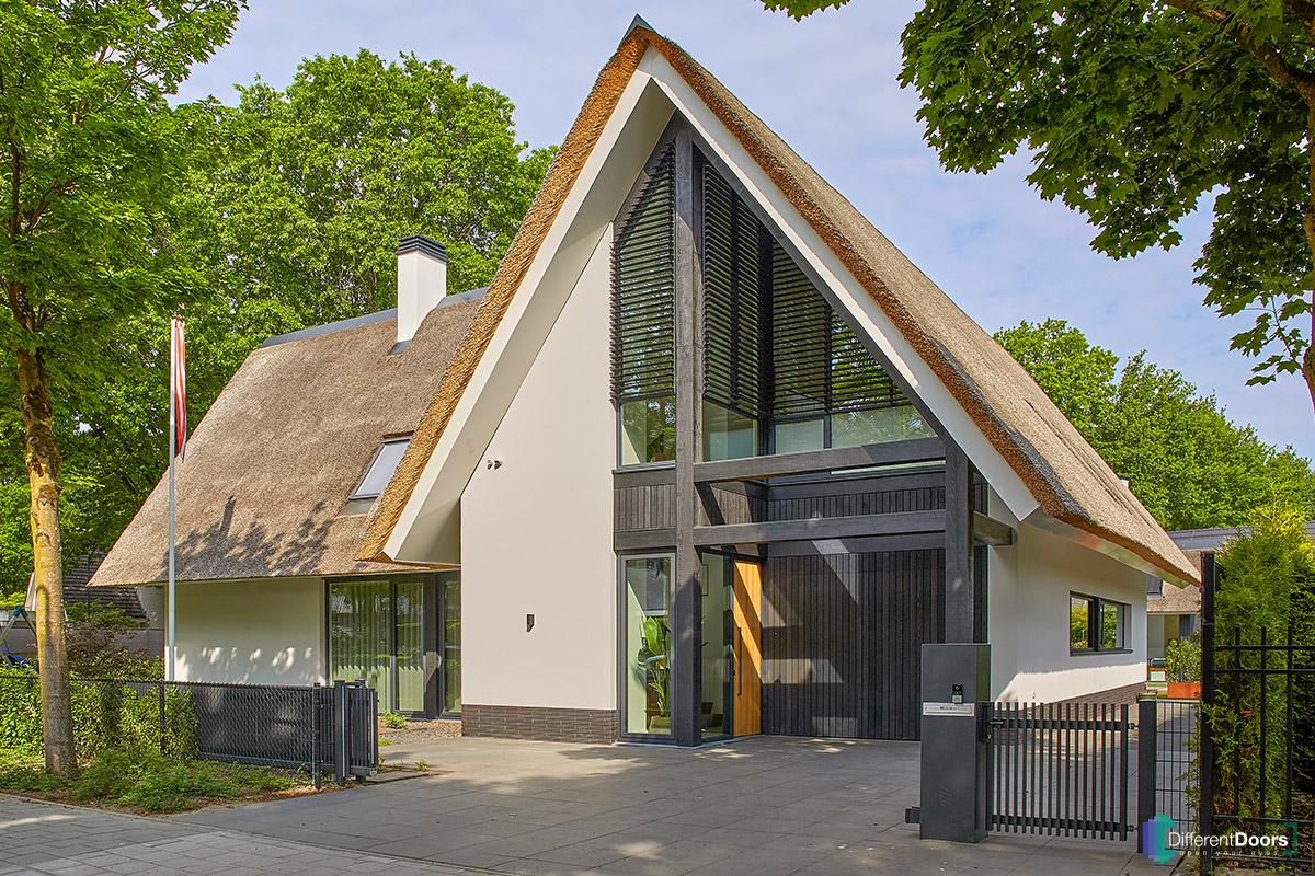 Houten-garagedeur-verticale-delen-zwart