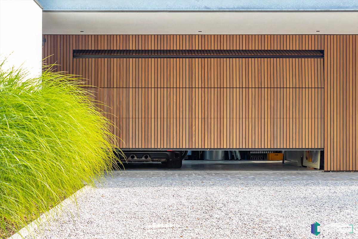 Afrormosia houten garagedeur verticaal (1)