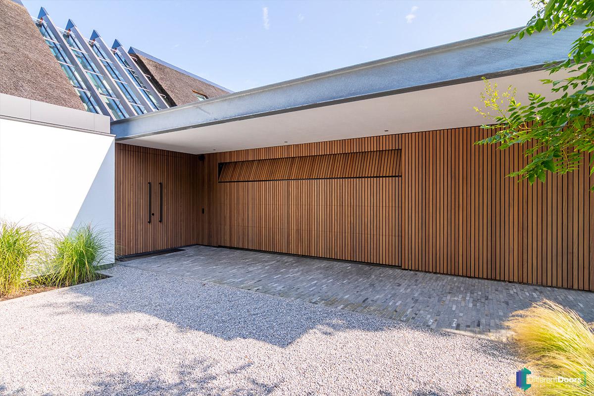 Afrormosia houten garagedeur verticaal (5)