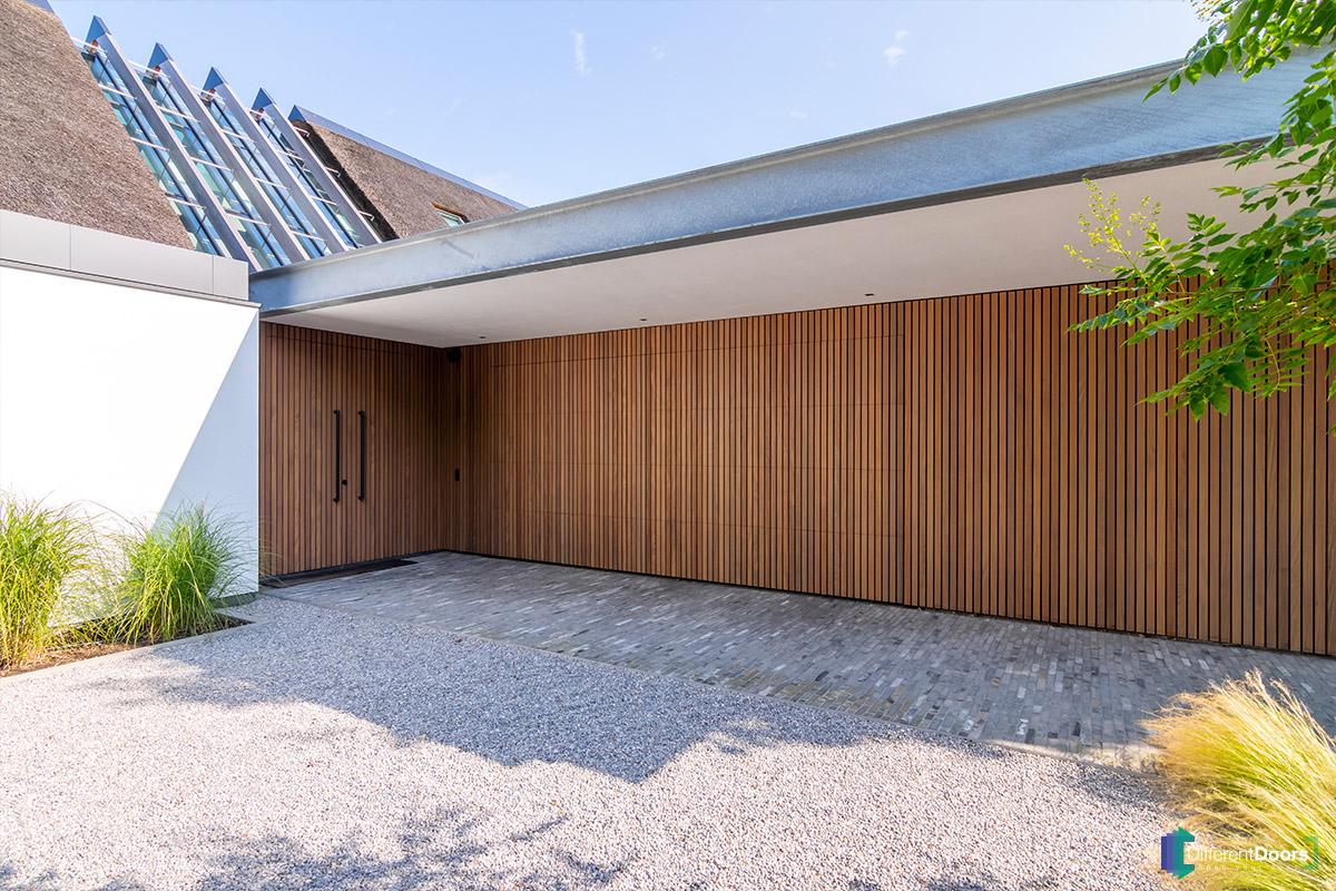 Afrormosia houten garagedeur verticaal (6)