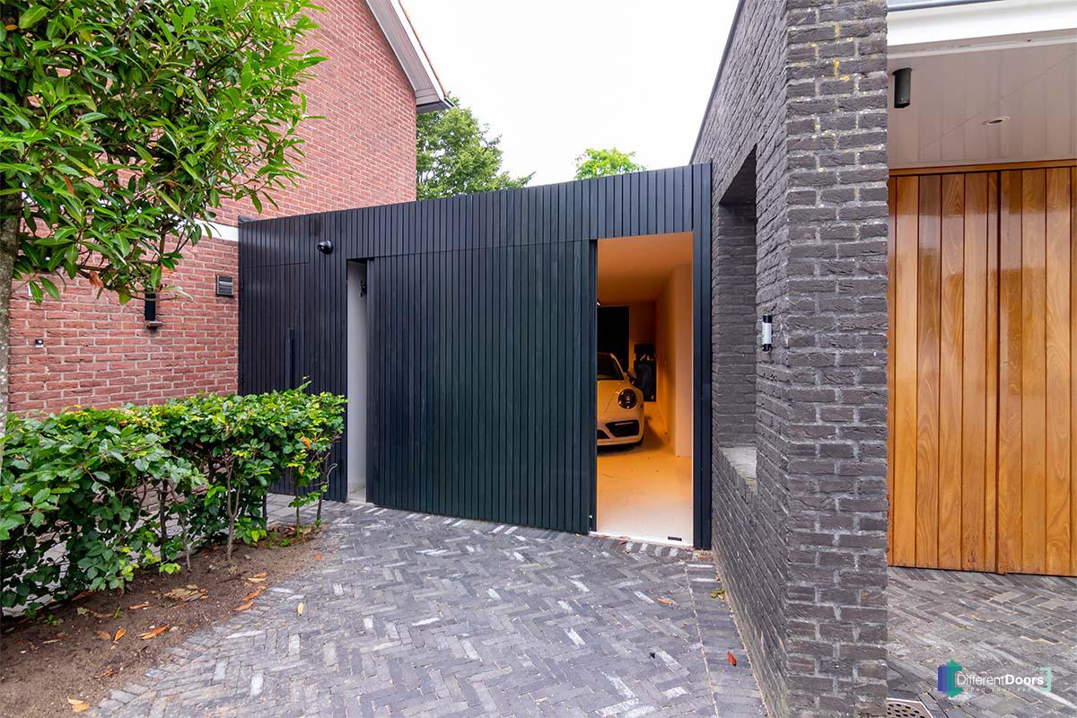 zwarte zijwaartse garagedeur (1)